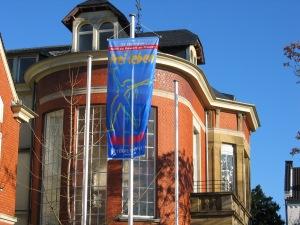 Aktionsfahne vor dem Rheinbacher Rathaus